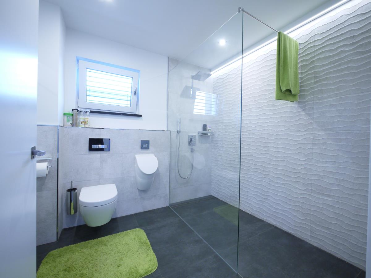 Gäste-WC mit Dusche u. Urinal