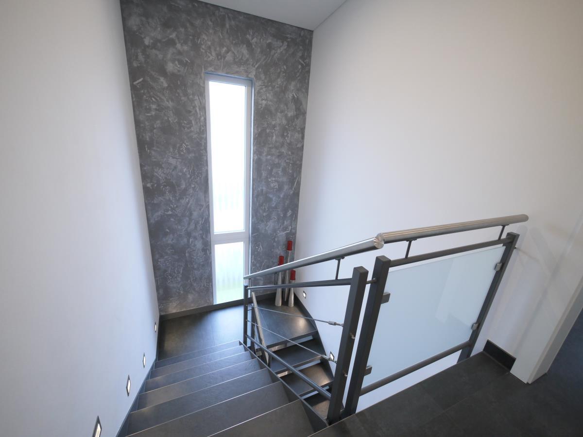 Treppenaufgang mit Lichtband