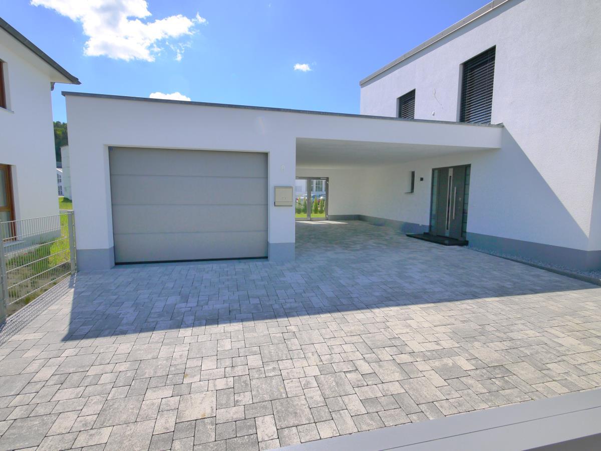 Große Garage und Carport